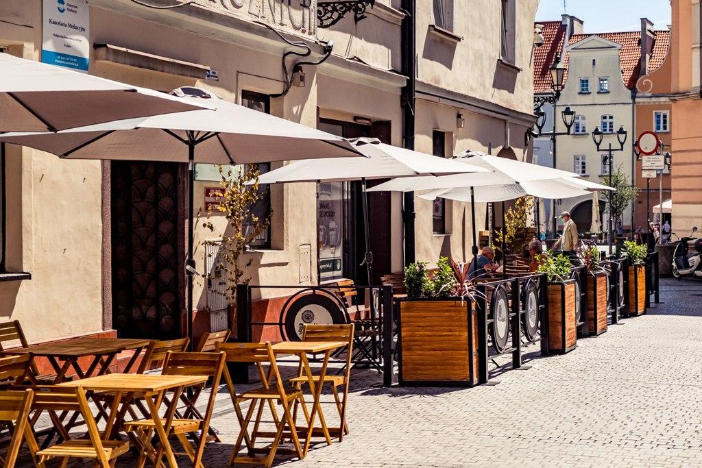 Zdjęcie kawiarenek na uliczce